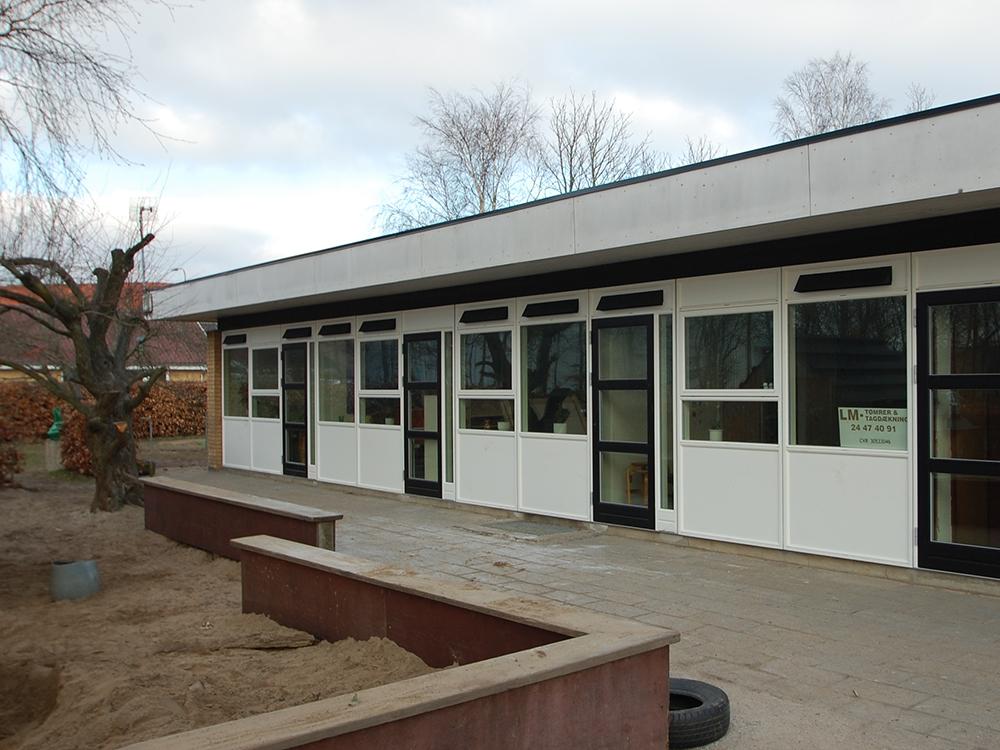 Udendørs installation af MicroVent ventilation på Hjallerup Børnehave
