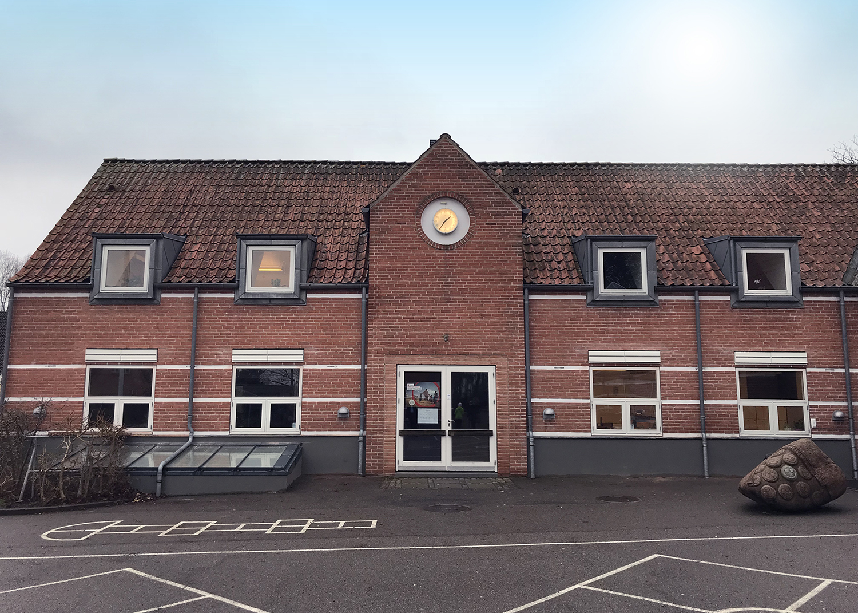 Udendørs facade af Køge Bugt Privatskole med MicroVent ventilation
