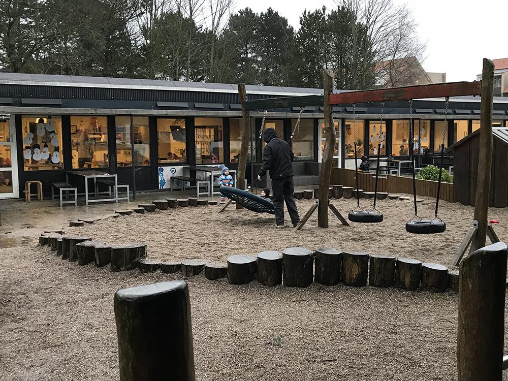 Udendørs legeplads hos Børnehuset Rosengården
