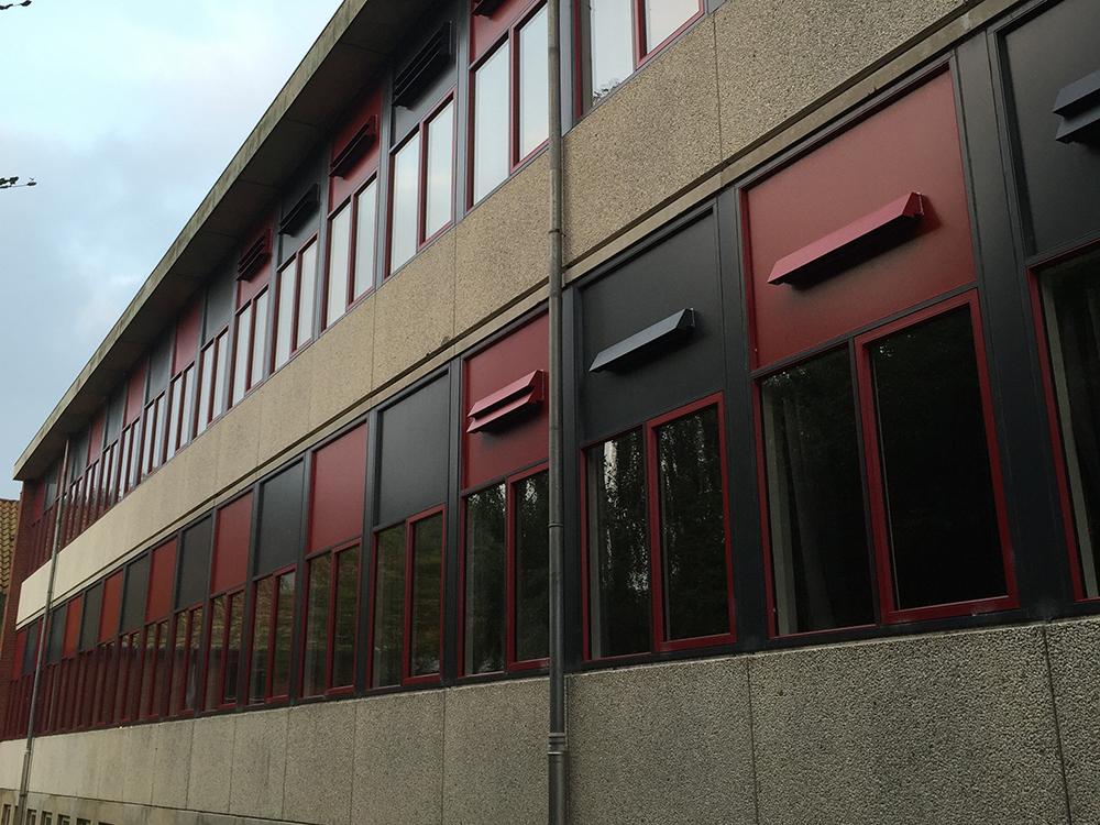 Øster Starup Skoles facade med MicroVent ventilationsenheder på facaden