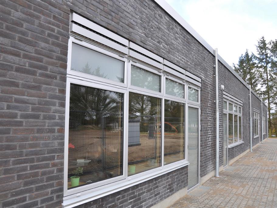 Udendørs MicroVent ventilationer på Hadbjerg Skoles facade over vinduer