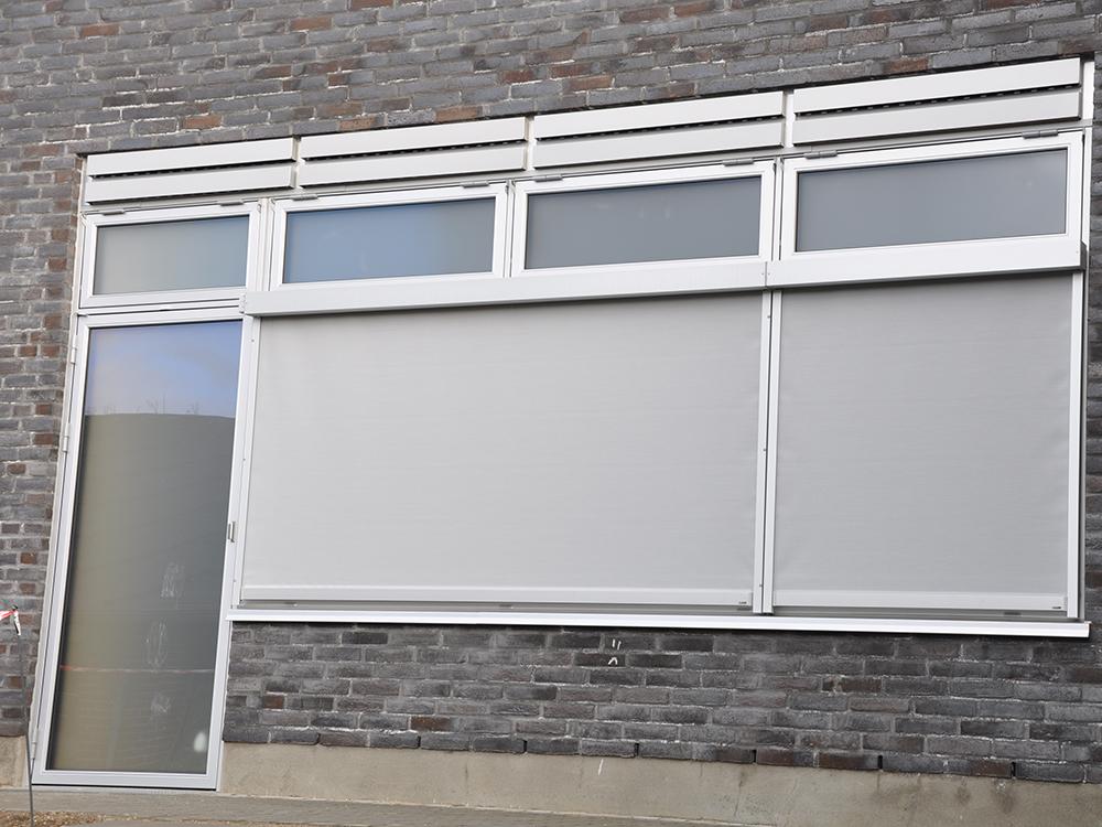 MicroVent ventilation udendørs installation over vinduer på Hadbjerg Skole