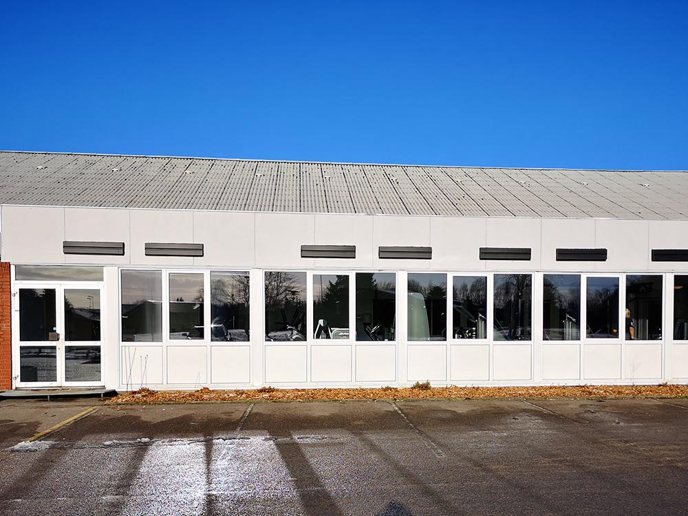 MicroVent ventilation installation udendørs på Alhedens Fitnesscenters facade