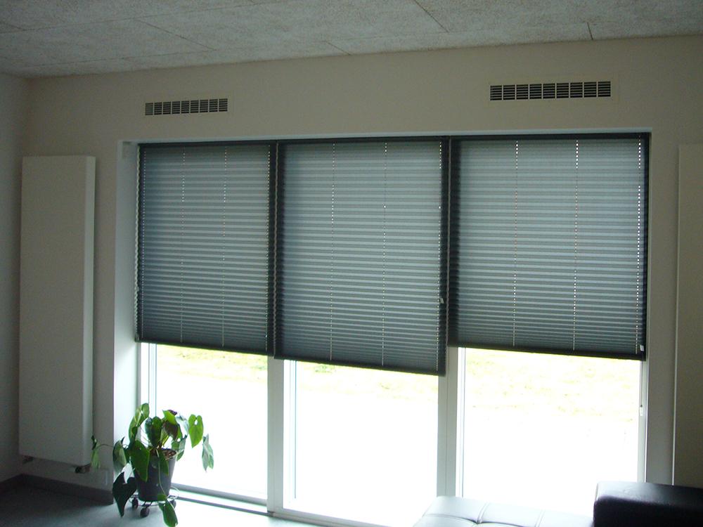 MicroVent ventilation indendørs over vinduer på Dronninglund Efterskole