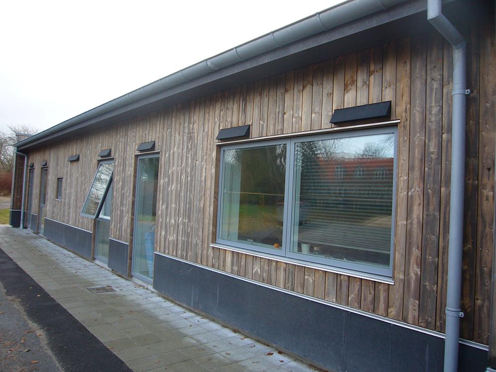 MicroVent ventilation udendørs på Dronninglund Efterskoles facade