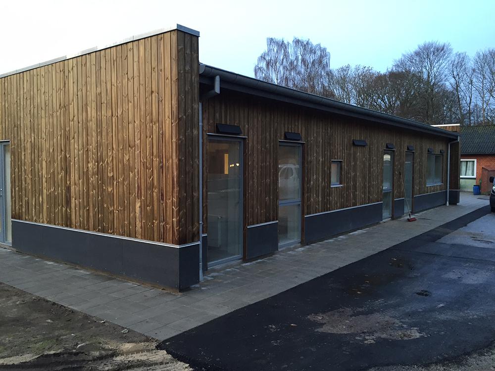 Dronninglund Efterskole lokaler med MicroVent ventilation installeret udenpå