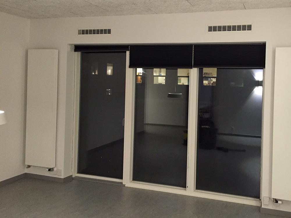 Indendørs installation af MicroVent ventilationssystem på Dronninglund Efterskole