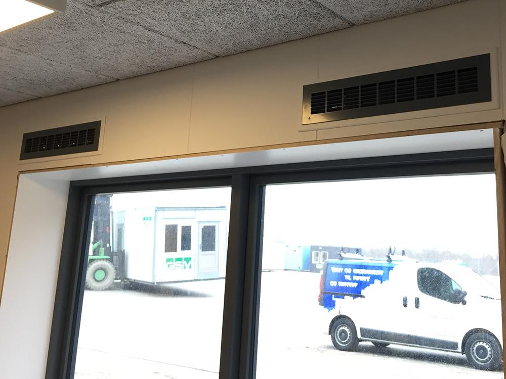 Indendørs installation af MicroVent ventilation i GSV Materieludlejning