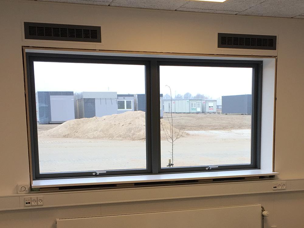 MicroVent ventilation over vinduer indendørs i GSV Materieludlejning