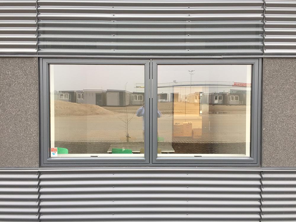 Udendørs installation ved vinduer af MicroVent ventilation på GSV Materieludlejning