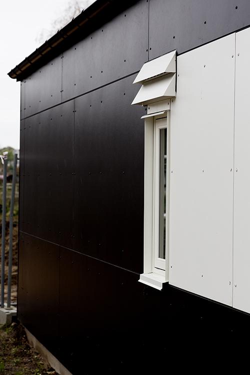 MicroVent ventilationsenhed over vindue udendørs på hjemløsebolig