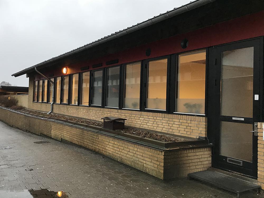 Udendørs installation af MicroVent ventilationssystem på Otting Skole