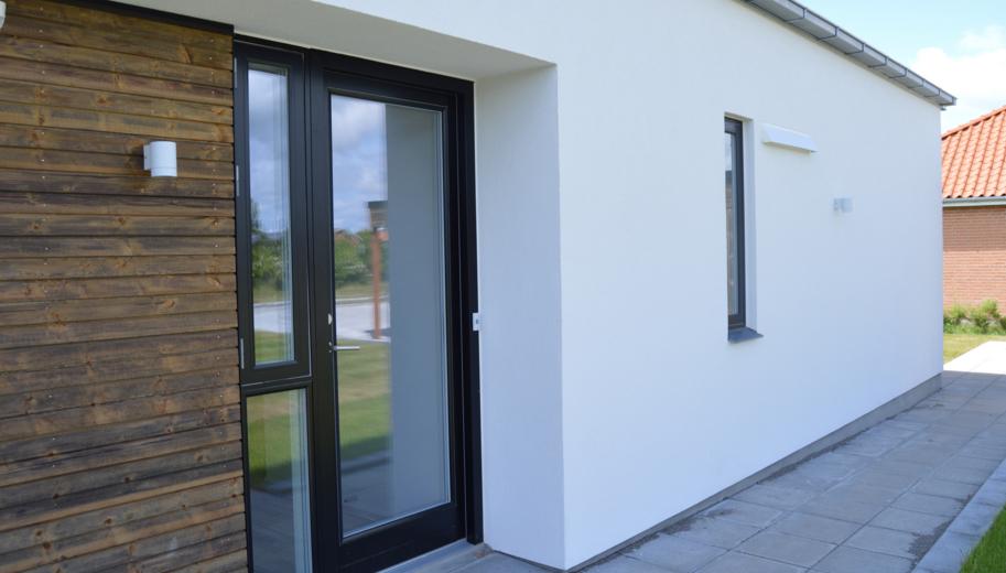 Udendørs installation af MicroVent ventilation på Mini CO2 hus