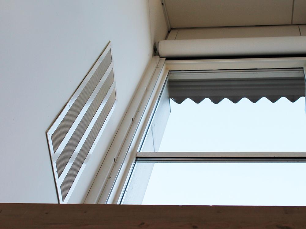 Indendørs installation af MicroVent ventilationssystem på Slagelse Gymnasium